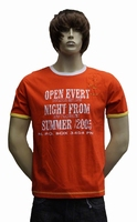 "T-shirt met kort mouwen  "" Open every night ""  Rood / wit"